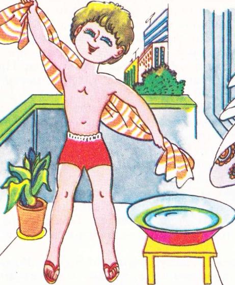 Ребенок обтирается полотенцем