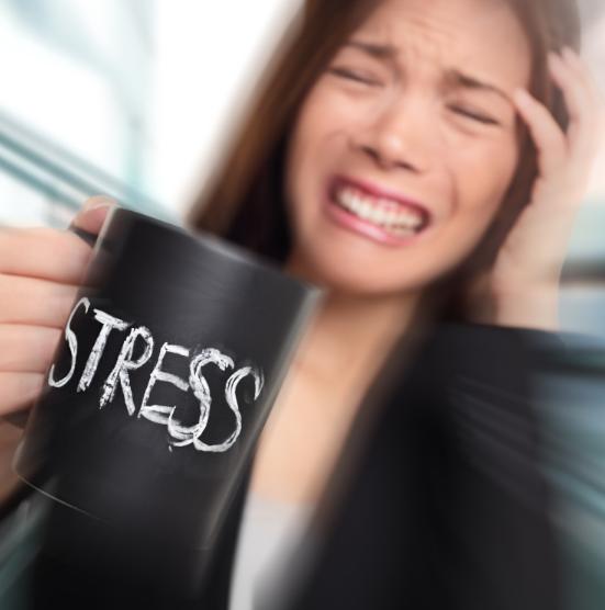 Девушка с кружкой с надписью стресс