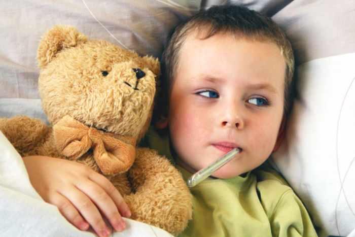 Мальчик с медведем и градусником