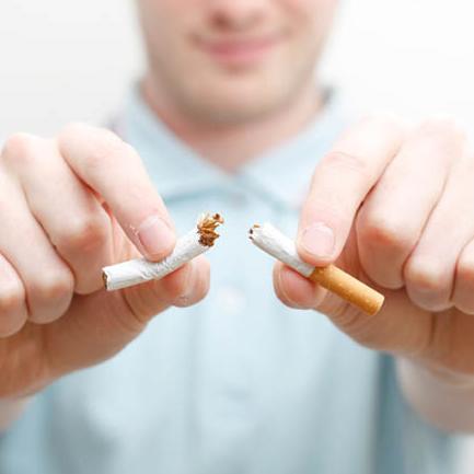Ломает сигарету