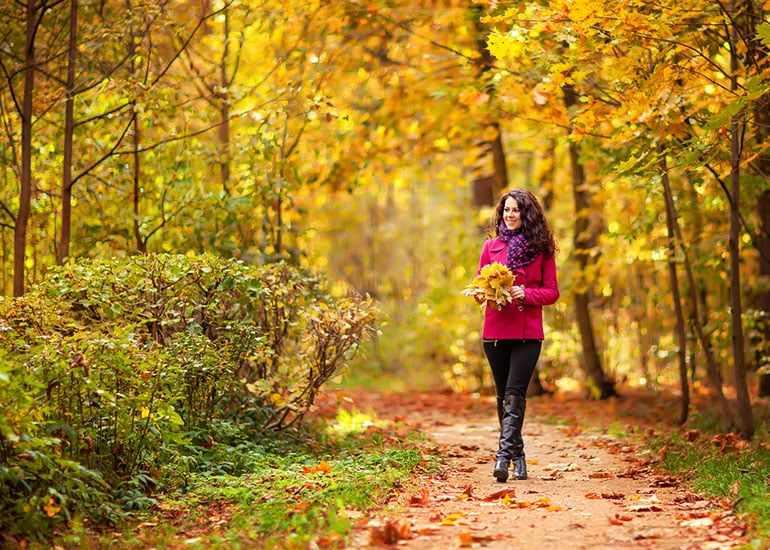 Девушка идет по парку